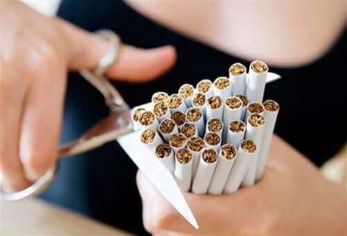 女人剪斷香煙