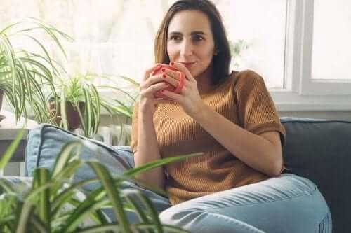 女人喝咖啡