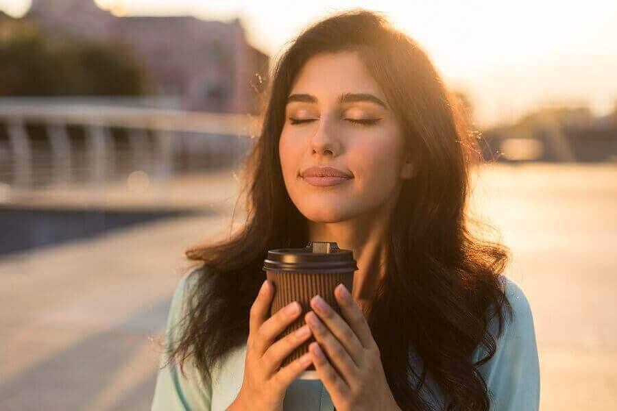 平靜女人喝咖啡