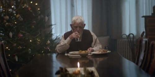 老人獨自吃飯