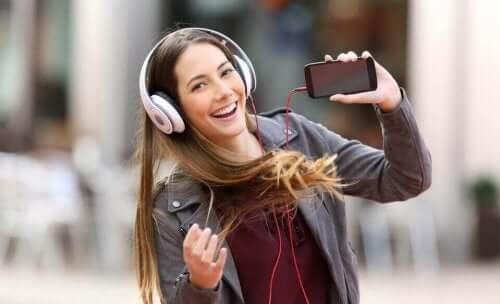 女人聽音樂