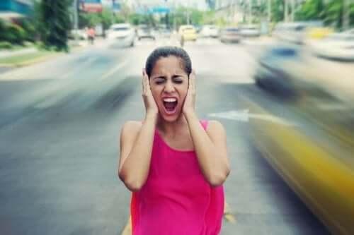 女人煩躁的噪音