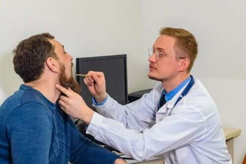 男人接受醫生檢查聲帶