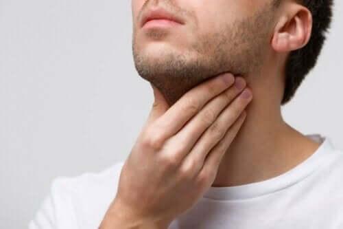 男人喉嚨痛
