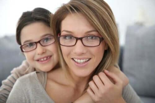 母親女兒戴眼鏡