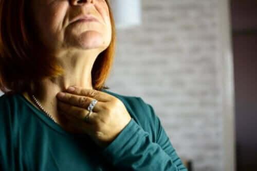 有喉炎的女人