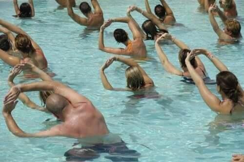 一群人在游泳池中運動