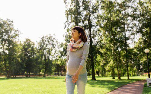 一個孕婦在散步