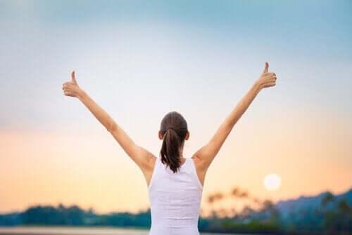 女人看起來很快樂,因為她贏得了馬拉松比賽