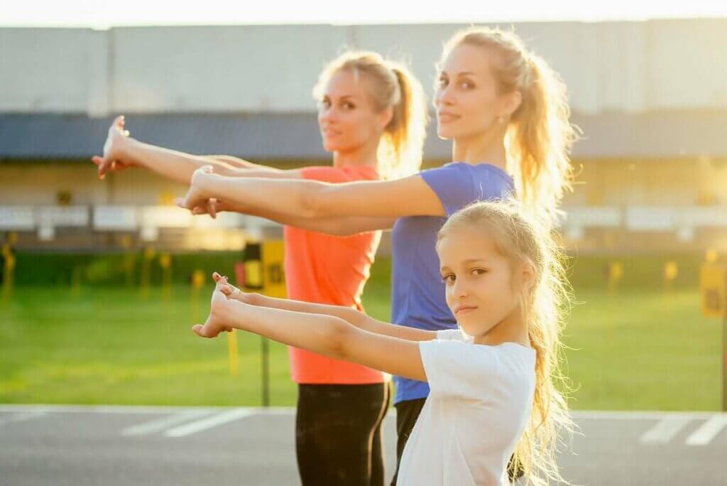 各種年齡的女人運動
