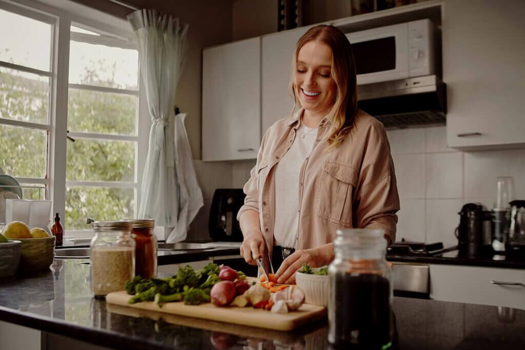 女人準備晚餐